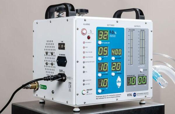نموذج جهاز التنفس الاصطناعي لمرضى فيروس كورونا الذي تم تصميمه وتصنيعه من قبل مختبر الدفع النفاث التابع لوكالة الناسا والذي يقع في جنوب كاليفورنيا. (حقوق الصوة: NASA/JPL-Caltech)