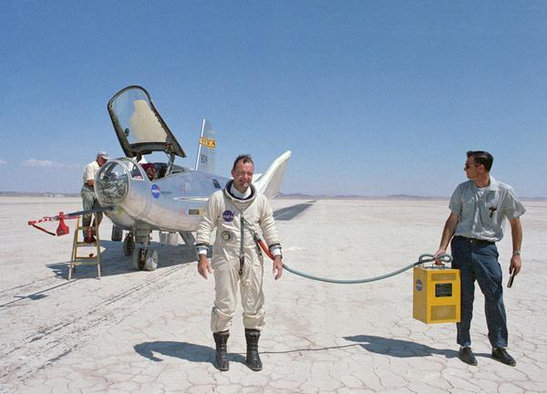 صورة لبيل دانا Bill Dana بعد تحليقه باستخدام طائرة HL-10.