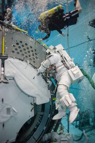 رواد الفضاء سكوت كيلي وكييل ليندغرين خلال التدريب على الطفو في مختبركارتر سوني للتدريب