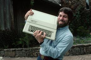 ستيف وزنياك، مصمم سلسلة Apple I وII، يعرض Apple IIe وهو يرتدي حزام مميز.حقوق الصورة: ROGER RESSMEYER/CORBIS