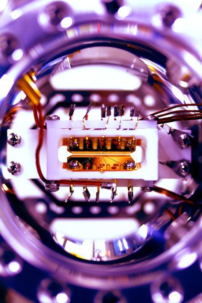 يتكون الحاسب الآلي الكمومي من خمسة بتات فقط من المعلومات الكمومية. المصدر: Shantanu Debnath and Emily Edwards