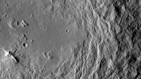 التقطت مركبة الفضاء Dawn التابعة لناسا هذه الصورة، وتظهر فيها قمة جبل، يظهر أسفل يسار الصورة، وهو يقع في مركز فوهة بركان أورڤارا (Urvara) على كوكب سيريس.))  المصدر: Credits: NASA/JPL-Caltech/UCLA/MPS/DLR/IDA