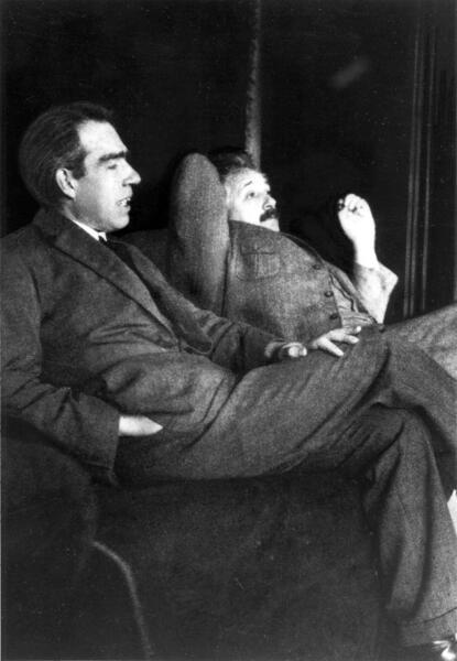 مناقشة بين نيلز بور وألبرت أينشتاين لعدد كبير من الموضوعات في منزل بول إهرنفيست في عام 1925. كانت مناظرات بور وأينشتاين واحدةً من أكثر الأحداث تأثيراً أثناء تطوير ميكانيكا الكم. يشتهر بور اليوم بمساهمته فيها، بينما يشتهر آينشتاين بمساهمته في نظرية النسبية ومعادلة تكافؤ الكتلة والطاقة. بالرغم من مساهمتهما الهائلة، كان لدى كلا الرجلين عيوب هائلة في كل من حياتهما المهنية والشخصية. حقوق الصورة: PAUL EHRENFEST