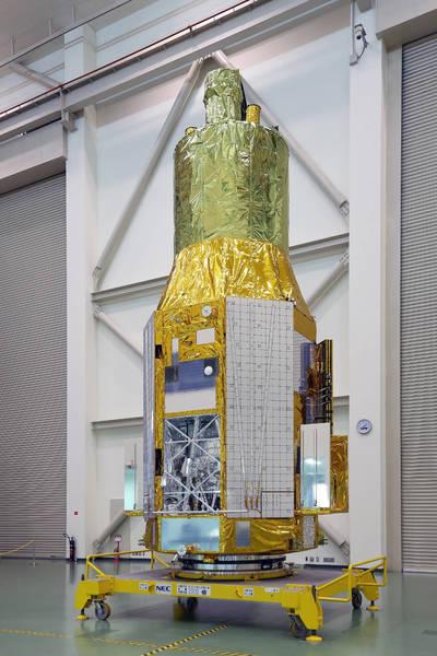 """المركبة الفضائية ASTRO-H، كما بدت في 27 نوفمبر/تشرين الثاني 2015، في مركز الفضاء """"تسوكوبا"""" Tsukuba. كما تظهر الحجرة الخاصة المحتضنة لمطياف الأشعة السينية اللينة Soft X-ray Spectrometer في أقصى اليسار. Credits: JAXA"""