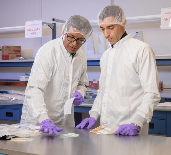 استخدام الشريط اللاصق كأداة لجمع العينات، ويوضح كل من فينكاتيسواران و كرويه إحدى الطرق التي يتبعها طاقم المركبة لجمع الكائنات الدقيقة من على الأسطح لأبحاث MT-1.