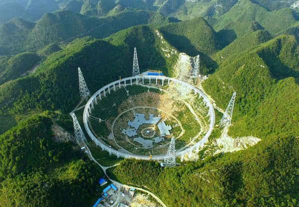 يظهر في الصورة التلسكوب فاست وهو التلسكوب ذو الطبق الوحيد الأكبر في العالم الذي انضم حديثاً لعمليات البحث عن أدلة على الحياة خارج الأرض.   مصدر الصورة : FAST