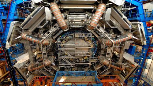 جهاز الكشف أطلس. يمكنك إدراك حجمه الهائل إذا ما قارنته بالأشخاص الواقفين في أدنى يسار الصورة. المصدر: 2008 CERN.