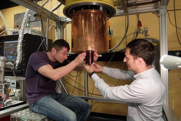 مغناطيس فائق الموصلية للاستخدام في تجربة كمومية.