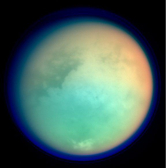 صورة التقطتها مركبة كاسيني تظهر قمر تايتان بألوان زائفة.