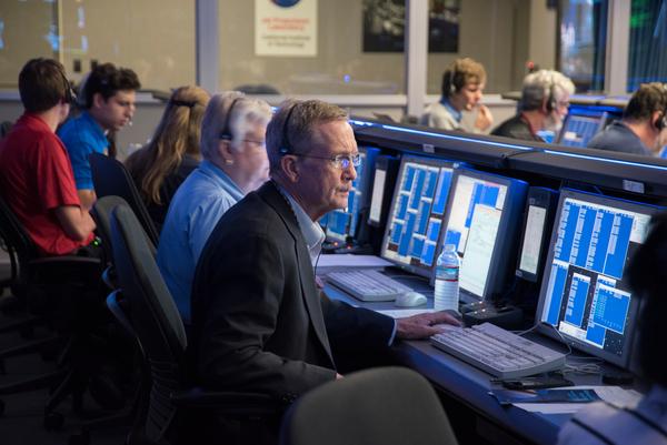 مدير مشروع كاسيني إيرل مايز وهو ينتظر الإشارة مع فريق عمليات المركبة في مركز التحكم بالمهمة في مختبر الدفع النفاث JPL في 26 نيسان/أبريل 2017.