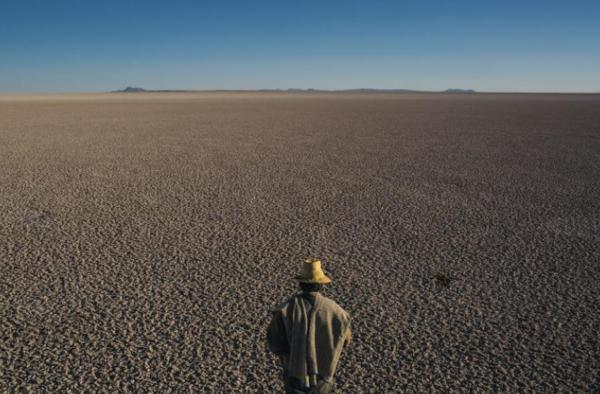 في السهول المرتفعة في بوليفيا، يقوم رجل بمسح البقايا المقفرة لما كان يوماً ثاني أكبر بحيرة في البلاد، بحيرة بوبو Lake Poopó. تسببت حالات الجفاف والإدارة في جفاف البحيرة. حقوق الصورة: Photograph By Mauricio Lima, Nat Geo Image Collection