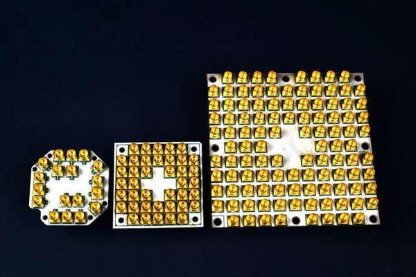 تحقق مجموعة إنتل تقدمًا سريعًا في شرائح اختبار الحوسبة الكمومية فائقة التوصيل من أجل أعداد أكبر في الكيوبت نحو من 7 إلى 17 وصولًا الآن إلى 49 كيوبت، يتطلب موصلات ذهبية متعددة من أجل التحكم وتشغيل كل كيوبت. الحقوق: والدن كيرش Walden Kirsch/ شركة إنتل