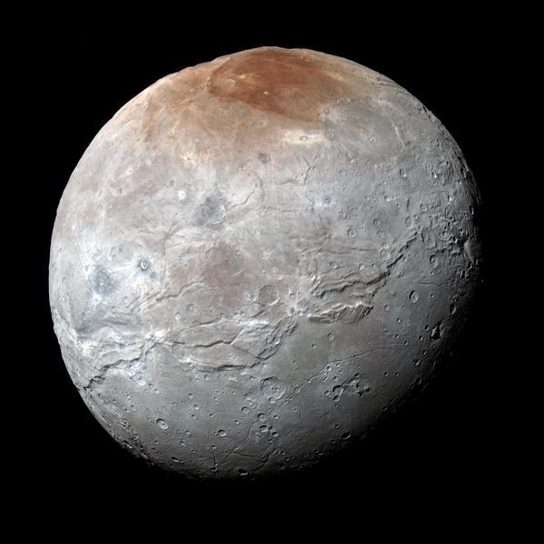 التقطت مركبة نيوهورايزنز التابعة لوكالة ناسا هذه الصورة عالية الدقة والتي تظهر قمر شارون بالألوان المحسنة، وذلك قبل وصول المركبة إلى أقرب نقطة لها من بلوتو بتاريخ 14 يوليو/تموز.  المصدر: NASA/JHUAPL/SwRI