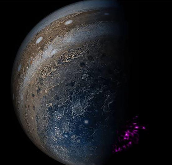 تُظهر هذه الصورة المُركبّة القطب الشمالي لكوكب المشتري كما هو موضّح في الأطوال الموجيّة الضوئيّة، التي التقطتها المركبة الفضائيّة جونو (Juno) التابعة لوكالة ناسا الفضائيّة، وتظهر أرصاد الأشعة السينيّة للشفق القطبي باللون الأرجواني، استنادًا إلى بيانات تلسكوب (XMM-Newton)، وتلسكوب تشاندرا. المصدر: X-ray: NASA/CXC/UCL/W.Dunn et al, Optical: South Pole: NASA/JPL-Caltech/SwRI/MSSS/Gerald Eichstädt /Seán Doran