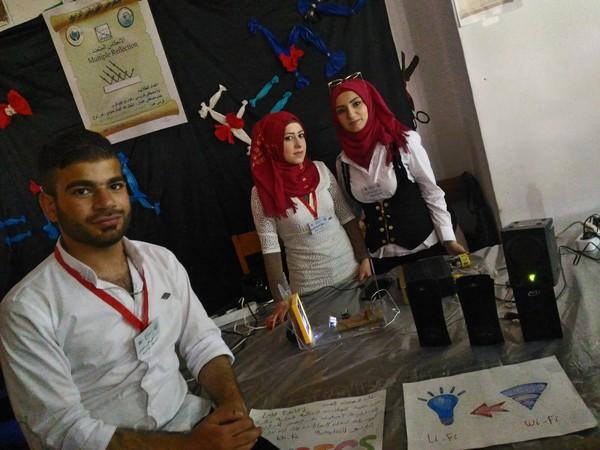 الصورة تجربة لاي فاي .. الطلاب ختام عثمان، وابتهال حمود وأمل زلوخ وأحمد خليلو