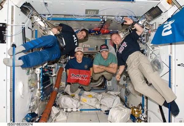 جميع رواد الفضاء على درجات علمية متقدمة مثل الدكتوراة