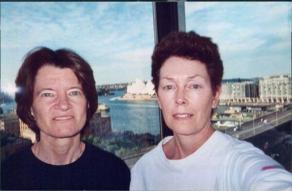 تام أوشوغنيسي وسالي رايد في أستراليا، أثناء علاقتهما التي استمرت لفترةٍ طويلة، إذ تعرفتا على بعضهما وأصبحتا صديقتان مقربتان منذ أن لعبتا التنس معاً في الصغر. (حقوق الصورة: Courtesy of Tam O'Shaughnessy)