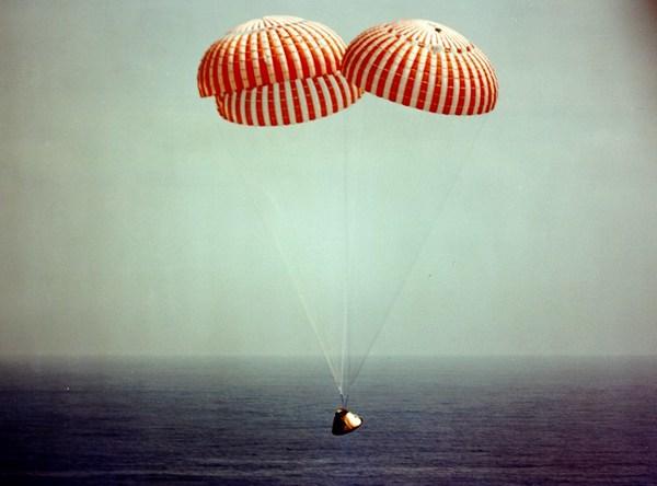 هبوط مركبة أبولو 8 في المحيط الهادئ في الساعة 10:51 بتوقيت شرق الولايات المتحدة يوم 27 كانون الأول/ديسمبر، 1968 حقوق الصورة: NASA