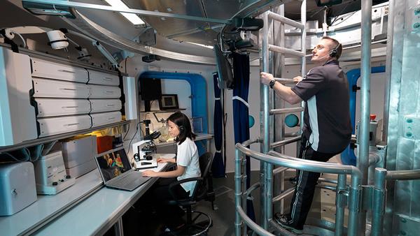 نظام المحاكاة التماثلية لأبحاث الاستكشاف البشري الموجود في مركز جونسون للفضاء التابع لوكالة ناسا.<br>وكالة ناسا.