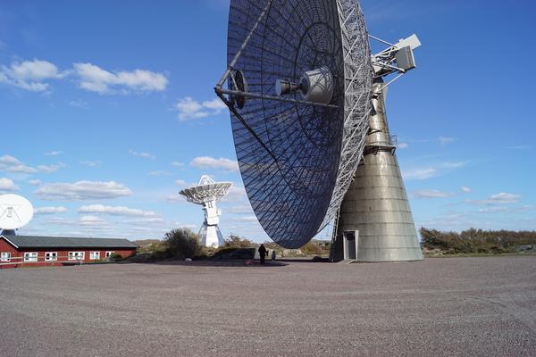 تلسكوب الـ 25 مترًا يظهر خلفه أحد التوائم.