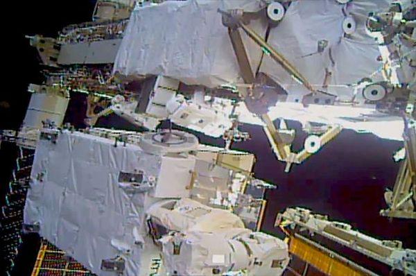 في هذه الصورة، تعمل رائدتا الفضاء لاستبادل البطاريات خلال عملية السير الفضائية الثالثة يوم الاثنين، 20 يناير/كانون الثاني، 2020. حقوق الصورة: NASA TV