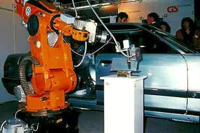 تعتبر الذراع الآلية جزءًا أساسيًا في عملية تصنيع السيارات