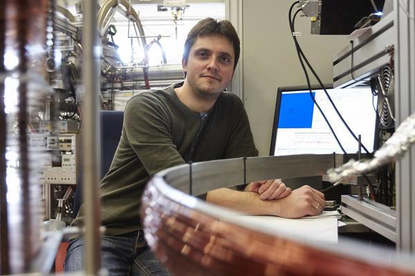 الدكتور مكسيم وهو من اكتشف حالة الأجزاء الثلاث في أنظمة الهليوم. حقوق الصورة: Lecher