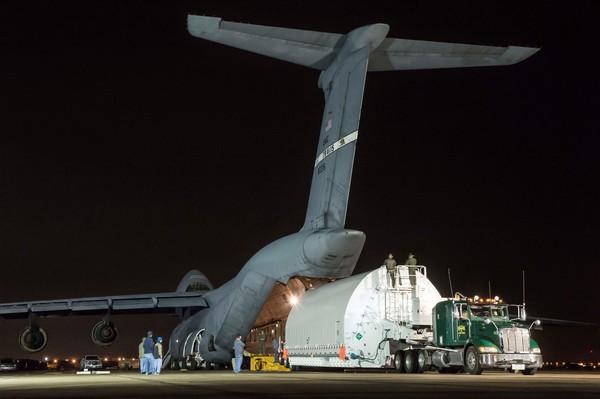 بعد الهبوط في مطار إلينغتون، تفريغ حمولة الطائرة، ونقل الحاوية STTARS إلى مركز جونسون الفضائي التابع لناسا في هيوستن.<br/> Credits: NASA/Chris Gunn