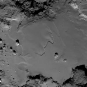 صورة منطقة إمحوتب على سطح المذنب 67P/C-G بتاريخ 24 مايو/أيار 2015.  المصدر: ESA/Rosetta/MPS for OSIRIS Team MPS/UPD/LAM/IAA/SSO/INTA/UPM/DASP/IDA