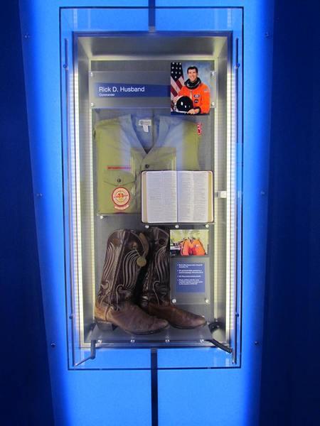 """صورة لبعض مقتنيات رائد الفضاء ريك هازباند Rick Husband"""""""" قائد المكوك كولومبيا في مهمته الأخيرة STS-107، وصورته في الأعلى"""