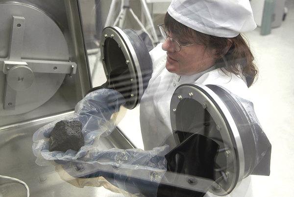 عالمة تقوم بالعمل في مختبر معالجم الأحجار النيزكية في مركز جونسون الفضائي. حقوق الصورة: NASA