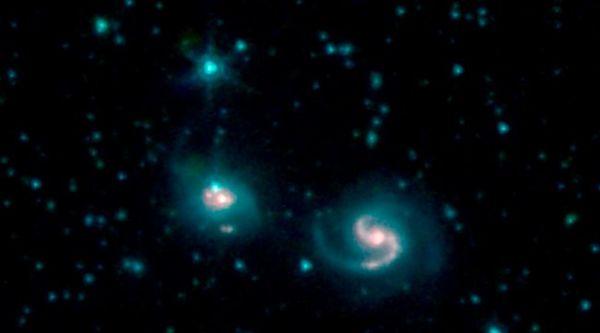 المجرتان المندمجتان NGC 6786 (على اليمين) وUGC 11415 (على اليسار)، وتُسميان مجتمعتَين VII ZW 96، من الصور التي التقطتها ثلاث قنوات للأشعة تحت الحمراء على تلسكوب سبيتزر Spitzer الفضائي. حقوق الصورة: NASA/JPL-Caltech.