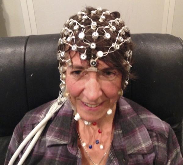 شخص بالغ موضوعة على رأسه مجسات مخطط كهربية الدماغ (EEG)، لتسجيل استجابة دماغه للصوت. حقوق الصورة: أنو شارما