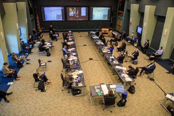 شارك مسؤولو ناسا وسبيس إكس في مراجعة الاستعداد للطيران لمهمة كرو 1 التابعة لسبيس إكس في مركز كينيدي للفضاء التابع لناسا في فلوريدا، في 9 نوفمبر/تشرين الثاني 2020. حقوق الصورة: Kim Shiflett / NASA.