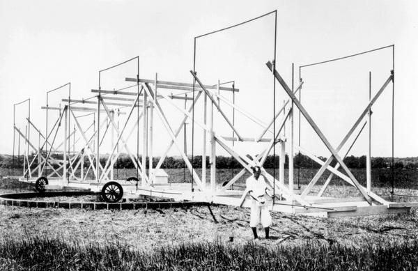 """اكتشف كارل جانسكي إشارات الراديو الكونية مُصادفةً، باستخدام أنتيناً هوائياً دواراً يُطلق عليه اسم """"دوارة جانسكي"""". حقوق الصورة: (NRAO/AUI/NSF)"""