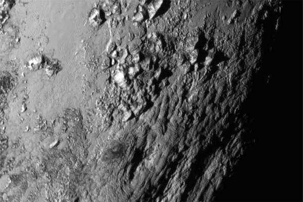 صور قريبة جديدة لمنطقة قريبة من خط استواء بلوتو ملتقطة من قبل مركبة ناسا الفضائية نيو هورايزنز New Horizons، تظهر فيها سلسلة من الجبال النضرة التي ترتفع عن سطح الكوكب 11,000 قدم (3,500 متر). حقوق الصورة: NASA / JHUAPL / SOUTHWEST RESEARCH INSTITUTE