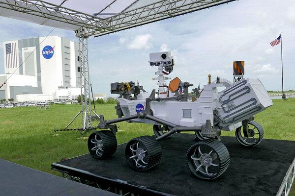 تم عرض نسخة طبق الأصل من مركبة بيرسيفيرانس خارج الموقع المؤتمر الصحفي يوم الأربعاء 29 يوليو/تموز 2020، في كيب كانافيرال، فلوريدا. حقوق الصورة: AP Photo/John Raoux