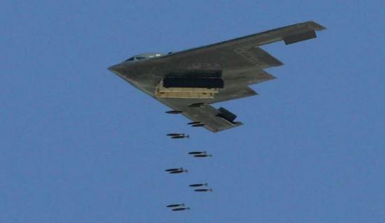 تلقي القاصفة B-2 الشّبح 500 رطلاً من القنابل أثناء الاستعراض الجوّيّ للقوّة القتاليّة من قبل سلاح الجوّ الأمريكيّ.