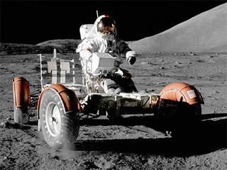 في مهمات أبولو الثلاث الأخيرة، قاد رواد الفضاء مركبة قمرية جوالة lunar rover لاستكشاف المزيد من المناطق على سطح القمر. حقوق الصورة: NASA