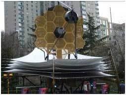 نموذج كامل النطاق لتلسكوب جيمس ويب الفضائي JWST خلال اجتماع الجمعيّة الفلكيّة الأمريكيّة American Astronomical Society في سياتل Seattle ، كانون الثاني/يناير 2007. المصدر: ناسا NASA.