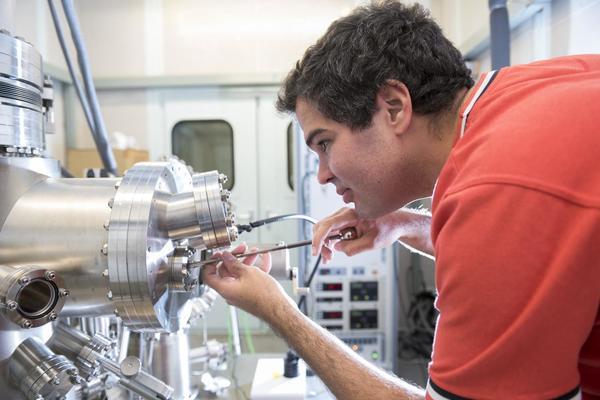 الباحث لوكاس باريتو يضبط مجهر المسح النفقي في جامعة بيرمنغهام. حقوق الصورة: Michelle Tennison