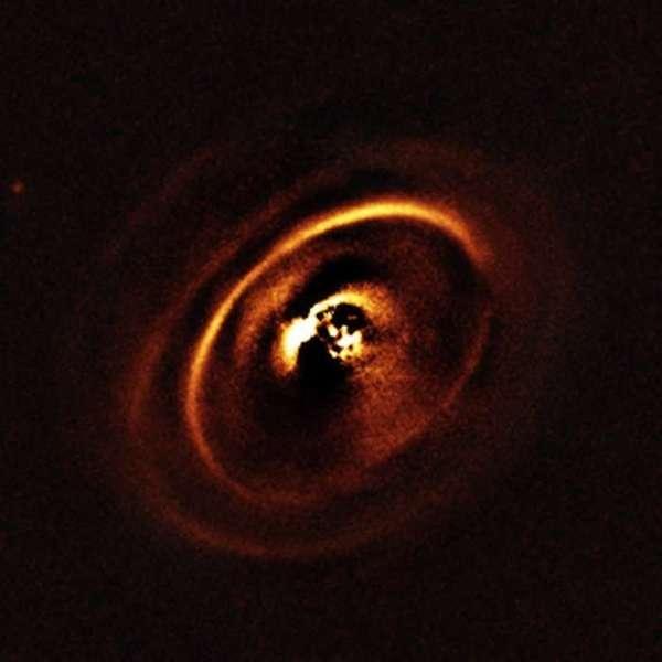 القرص الكوكبي RX J1615 حول نجمه الصغير.  المصدر: ESO/ J. de Boer et al.