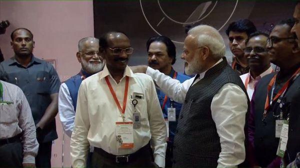 تحدث رئيس الوزراء نارندرا مودي مع مدير إزرو ك.سيفان بعد فقدان الاتصال مع مركبة الهبوط فيكرام.  حقوق الصورة: ISRO