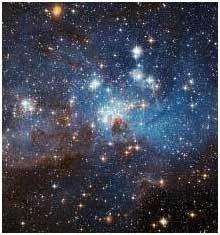 صورة من هابل لسديم مائل للزرقة يتوسّع للخروج إلى بقايا السحابة الجزيئيّة التي انهارت لتشكّل النجوم الضخمة في هذه المنطقة. المصدر: : ناسا، ESA، وفريق Hubble Heritage (STScI/AURA) وباعتراف تعاون هابل مع: D. Gouliermis (معهد ماكس بلانك لعلوم الفضاء Max Planck Institute for Astronomy، هيدلبيرغ Heidelberg)