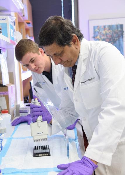 دراسة للدكتور مادوكر تريفيدي Dr. Madhukar Trivedi (في الأمام)، تقول أن قياس مستوى البروتين المتفاعل (C (C-reactive protein عند مرضى الاكتئاب، يمكنه مساعدة الأطباء على اختيار دواء الاكتئاب المناسب لكل حالة.