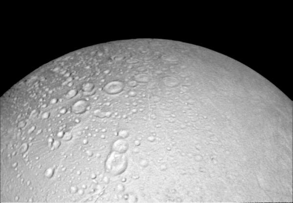 تظهر هذه الصورة التي التقطتها مركبة كاسيني التابعة لوكالة ناسا التضاريس المنكسرة الموجودة حول القطب الشمالي للقمر الجليدي التابع لكوكب زحل والمسمى إنسيلادوس.  المصدر: NASA/JPL-Caltech/Space Science Institute