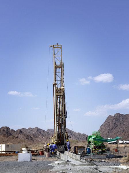 حفر طاقم لبئر خارج إبراء جزء من مشروع لفهم جيولوجيا عمان بشكلٍ أفضل.