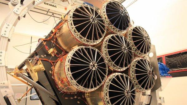 يتكون المكون الأول لقلب تلسكوب الفضاء إيروسيتا من سبع وحدات لمرايا متطابقة متراصفة بالتوازي. قطر كل واحدة منها 36 سم، وكل مرآة تتكون من 54 هيكل مرآة متداخلة مع بعضها والتي يترابط سطحها على شكل قطع مكافئ وقطع زائد. إنها تجمع الفوتونات عالية الطاقة وتركزها على كاميرات الاشعة السينية. حقوق الصورة: German Aerospace