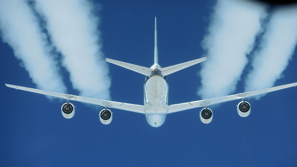 رحلة تجريبية على متن طائرة DC-8.