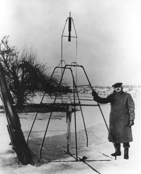 صورة لجودارد بجانب صاروخه الأول الذي يعمل بالوقود السائل، في مارس/آذار، 1926.  حقوق الصورة: ناسا